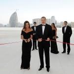 Глава государства разрезал ленту в знак открытия Центра Гейдара Алиева