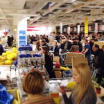 Граждане массово скупают товары в магазинах